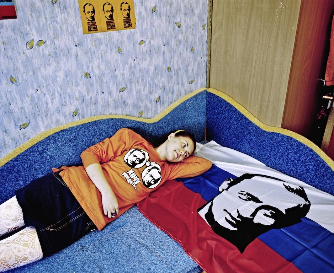 """Alina """"Ho un manifesto del suo ritratto sopra il mio letto. Ho anche alcune magliette di Putin, cartoline e adesivi. Mi considero una patriota""""."""