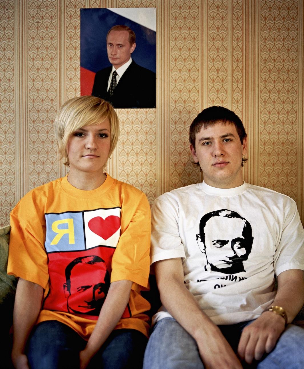 """Yulya Pipilova: """"Ho cinque magliette diverse che raffigurano Putin, e varie cartoline con VV. Le creiamo e le stampiamo per tutti""""."""