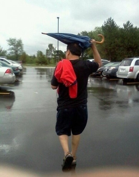 Questo genio ha capito come si usa l'ombrello