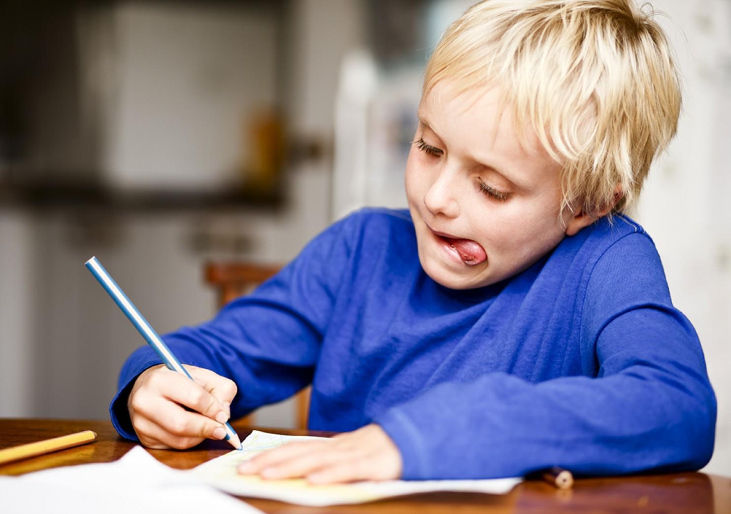 perche-i-bambini-tirano-fuori-la-lingua-quando-si-concentrano-fb