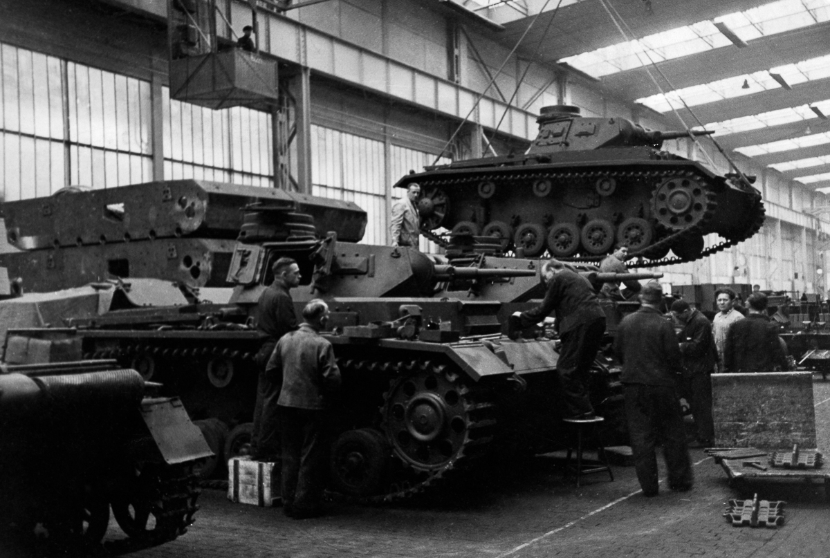 Germany : Arm Industry: assembly hangar of a armaments factory - Production of armored vehicles III - 15.05.1940 - Photographer: Presse-Illustrationen Heinrich Hoffmann - Published by: 'Berliner Morgenpost' 17.05.1940 Vintage property of ullstein bil