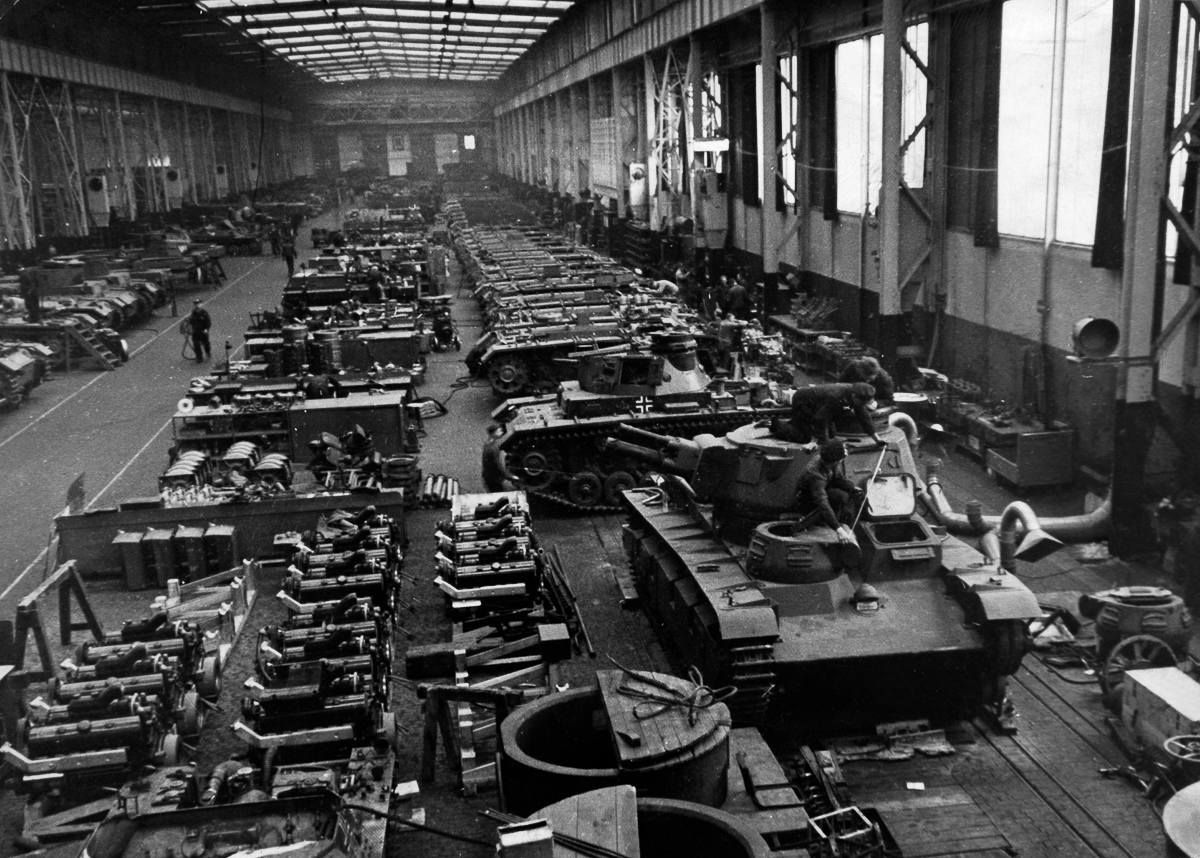 Germany : Arm Industry: assembly hangar of a armaments factory - production of tanks - 01.01.1940 - Photographer: Presse-Illustrationen Heinrich Hoffmann - Published by: 'Signal' 09/1942 Vintage property of ullstein bild