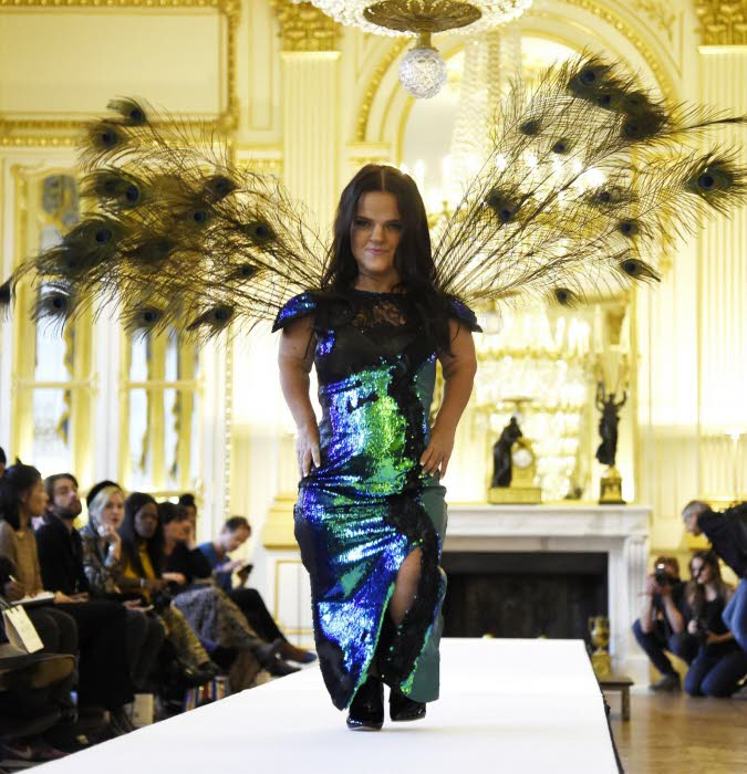 un-defile-de-mannequins-nains-a-la-fashion-week-parisienne