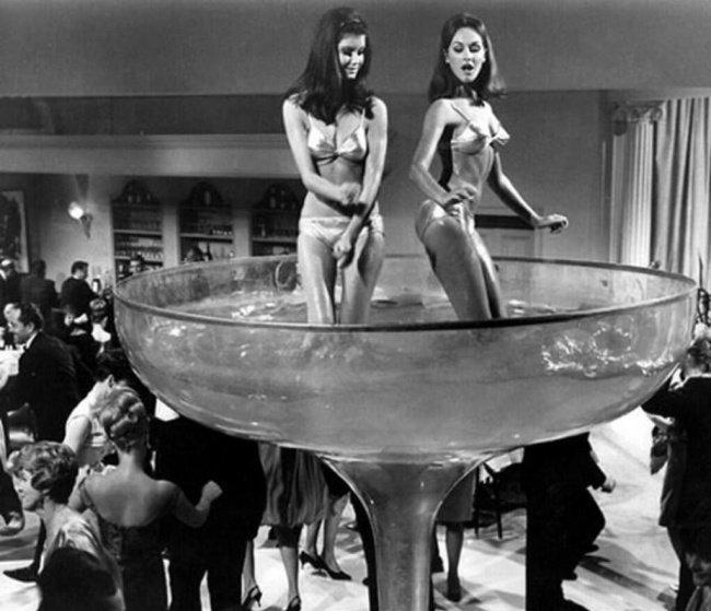 un nuovo anno con dello champagne e delle belle ragazze negli Stati Uniti (1960)