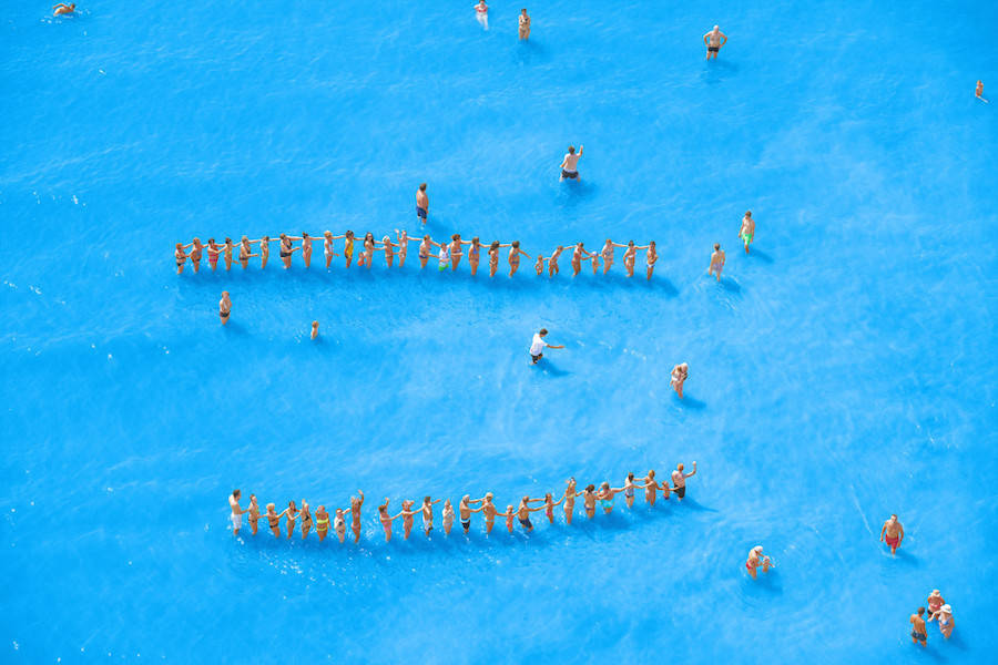 Aerial-Photographs-of-Vacationers-in-the-Adriatic-Sea13-900x600