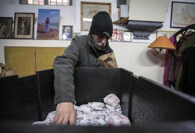 Un momento della distribuzione dei panini del McDonald's di Borgo Pio ai senzatetto che vivono vicino a San Pietro, presso l'ambulatorio di strada San Francesco in via della Lungara, Roma, 16 gennaio 2017. ANSA/ ANGELO CARCONI