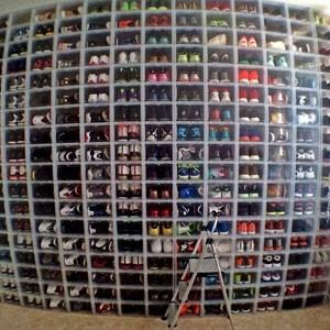 Comprare le nuove sneakers appena uscite anche se non entreranno nell'armadio già pieno