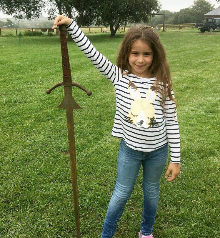 A 7 anni trova Excalibur, nei social: