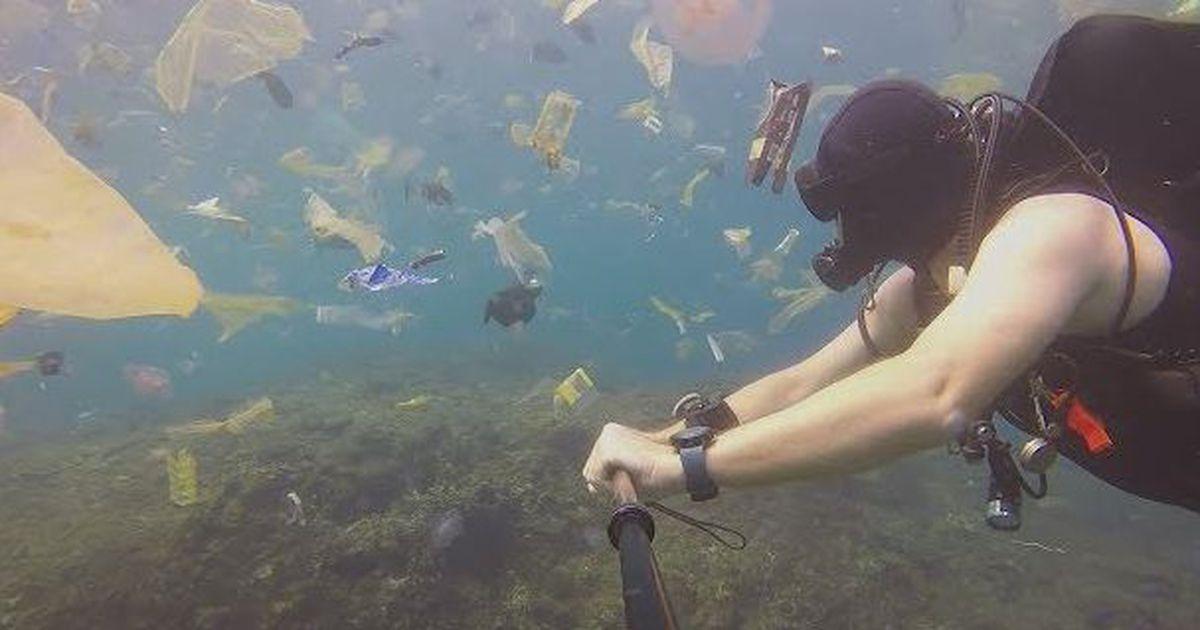 Bali: subacqueo nuota in un vero mare di plastica, il video shock