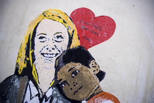 Il bacio fra Salvini e Di Maio, murales scandalo a Roma