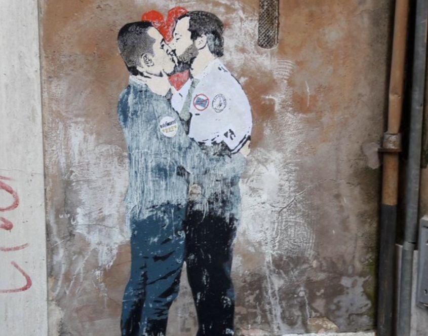 Salvini bacia Di Maio: il murale vicino al Parlamento a Roma