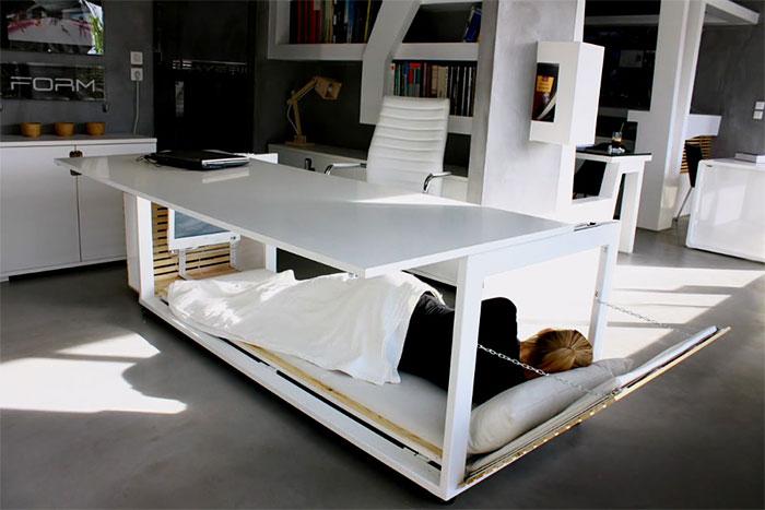 Questa scrivania si trasforma in un letto per farti fare la pausa pisolino al lavoro